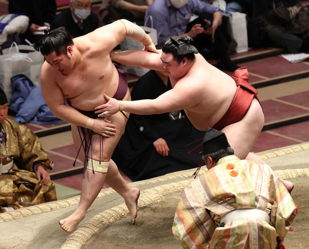 遠藤(左)を押し出す隆の勝(撮影・河野匠)