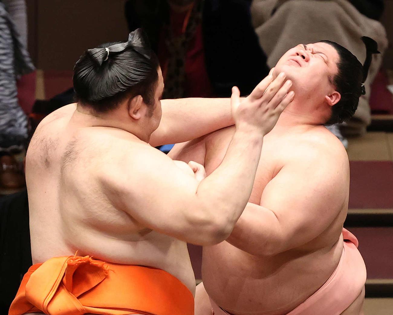 水戸龍(左)の攻めを耐える宇良(撮影・鈴木正人)