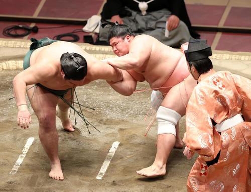 錦木(左)の肩をとる宇良(撮影・鈴木正人)