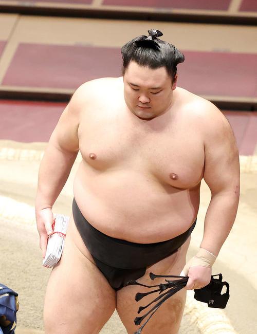 懸賞金の束を手に土俵を引き揚げる朝乃山(撮影・鈴木正人)