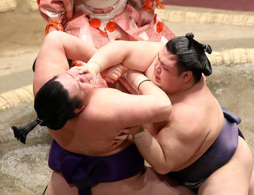 明生(左)を激しく攻める阿武咲(撮影・鈴木正人)