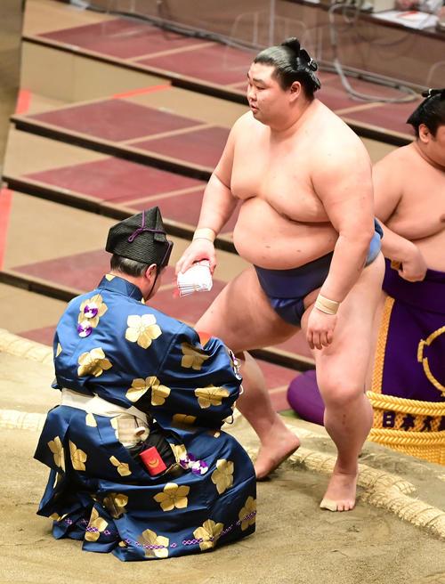 勝ち名乗りを受ける正代(撮影・小沢裕)