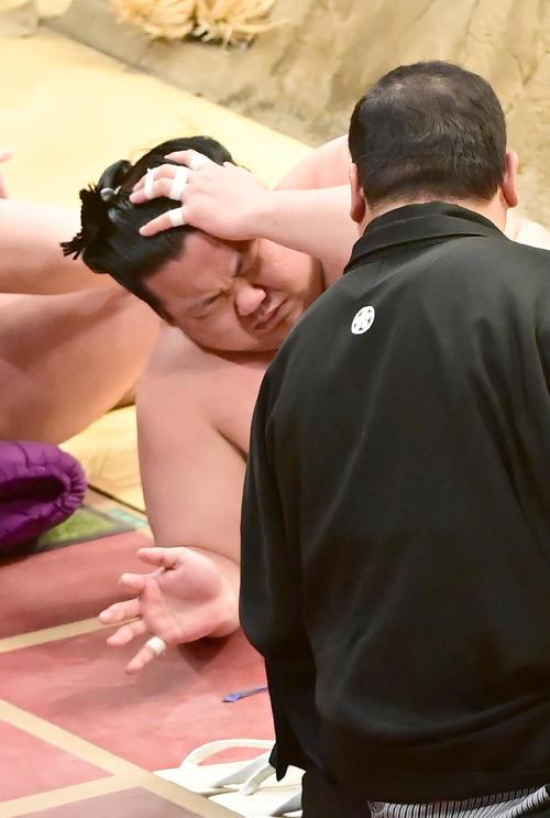 貴源治に寄り切りで敗れた美ノ海は土俵下で頭を押さえる(撮影・小沢裕)