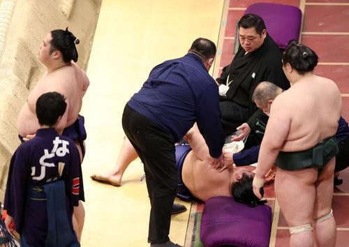 貴源治(左)との取組で土俵下に落ち立ち上がれない美ノ海(中央)(撮影・鈴木正人)