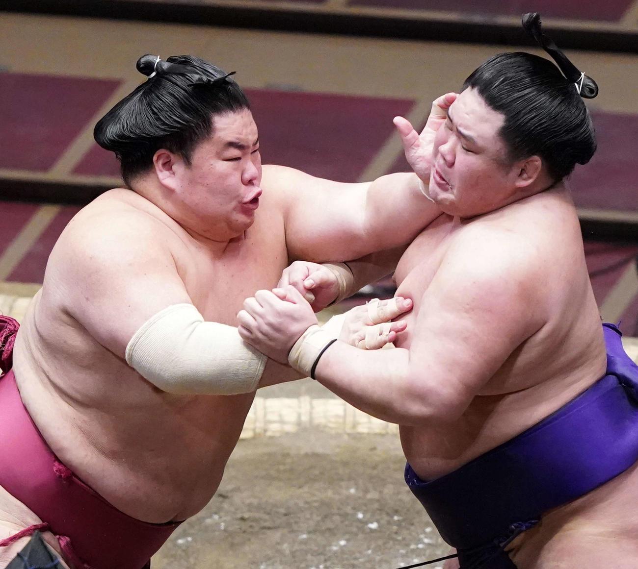 明生(右)を攻める大栄翔(撮影・江口和貴)