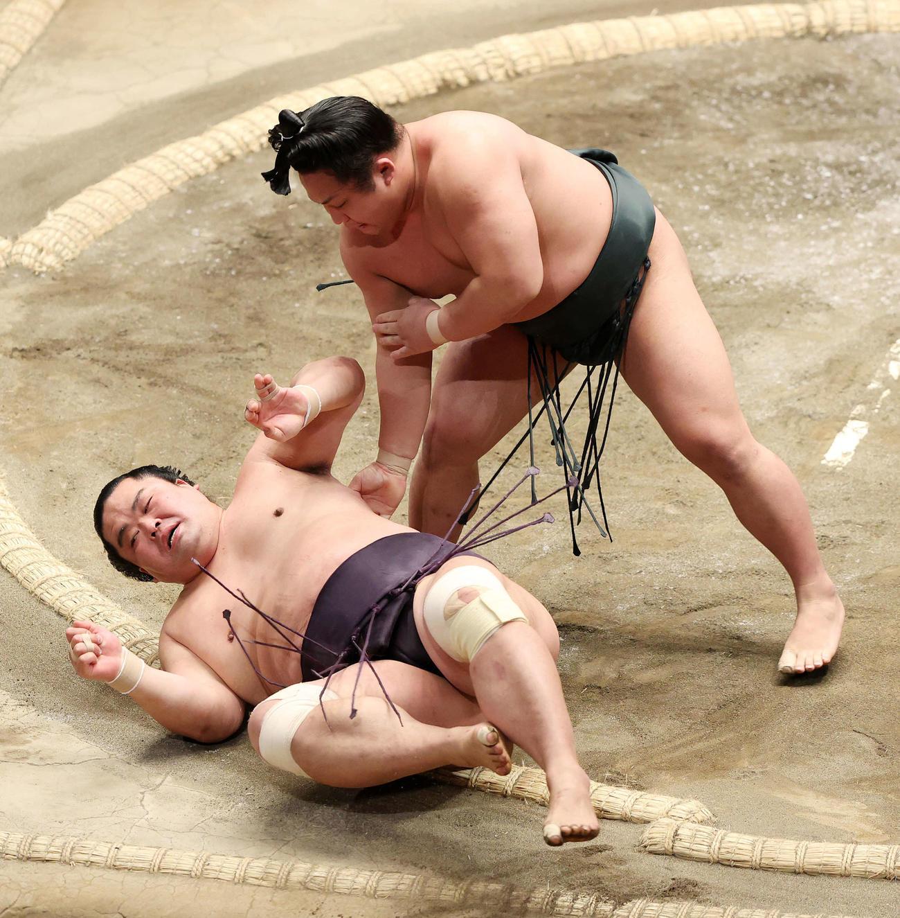 妙義龍(下)をすくい投げで破る翠富士(撮影・鈴木正人)