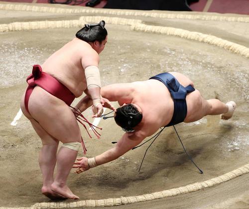 玉鷲(右)をはたき込みで破る大栄翔(撮影・鈴木正人)