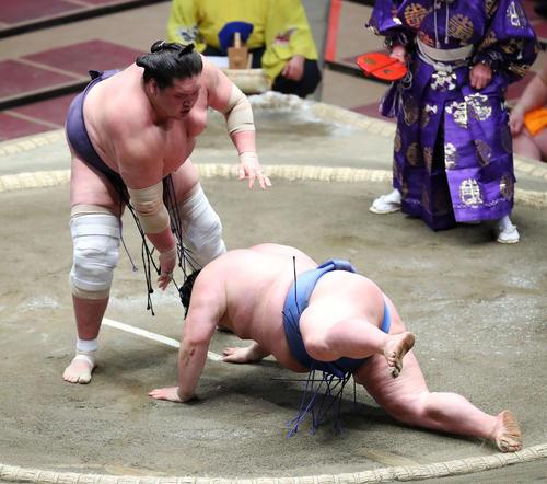 正代(右)をはたき込みで破る照ノ富士(撮影・河田真司)
