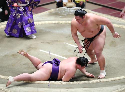 明生(左)を突き落としで破る朝乃山(撮影・河田真司)