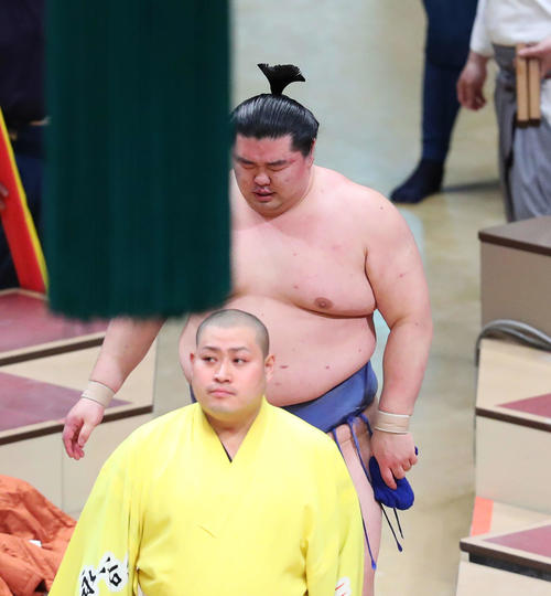 照ノ富士に敗れ3敗目を喫し、険しい表情で土俵から引き揚げる正代(撮影・河田真司)