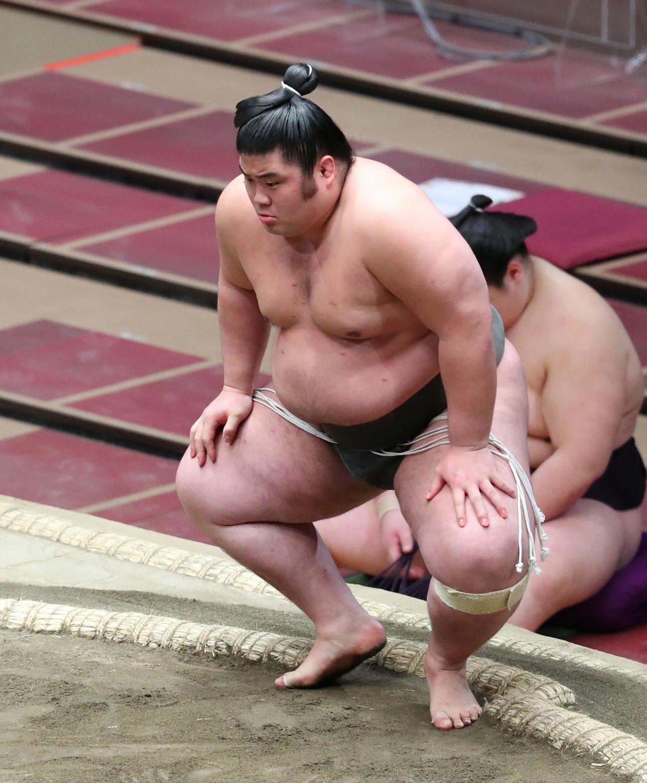 村田を押し出しで破り、勝ち名乗りを受ける貴健斗(撮影・河田真司)