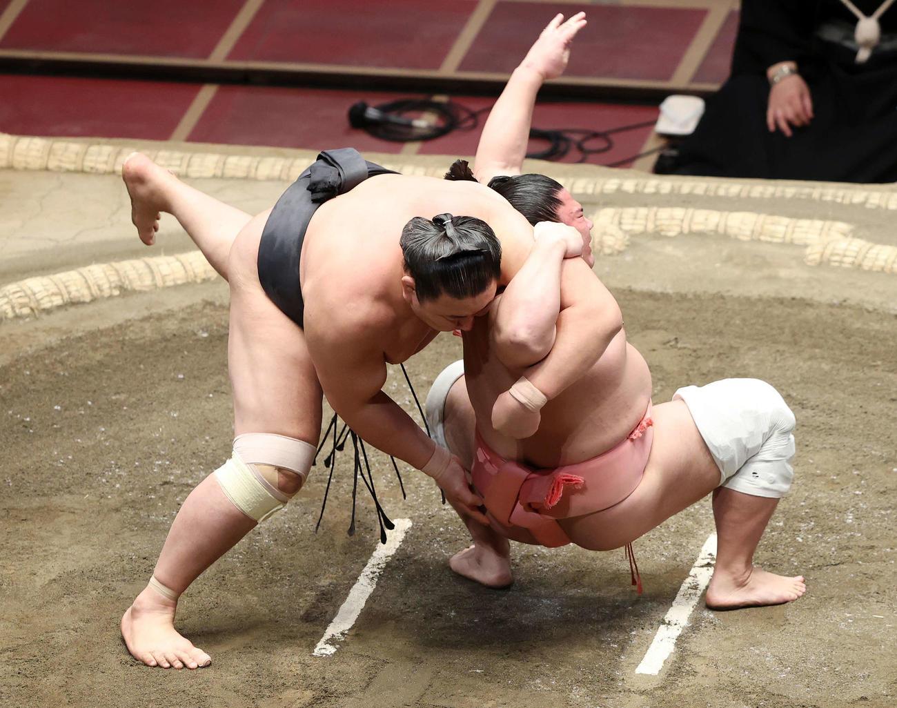 東龍(左)に居反りを仕掛ける宇良(撮影・鈴木正人)