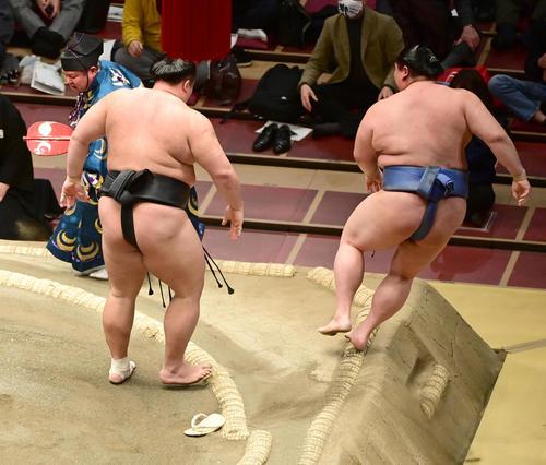 朝乃山(左から2人目)は正代を押し出しで破る。行司の式守伊之助(左)は土俵に押し出されたが、履いていた草履は残っていた(撮影・小沢裕)