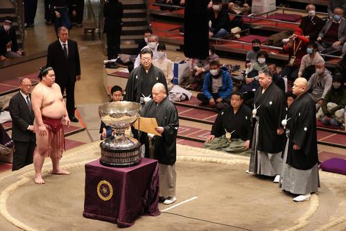 表彰式に臨む大栄翔(左)