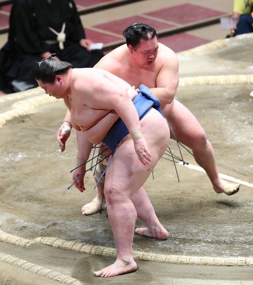 逸ノ城(左)を押し出しで破る北勝富士(撮影・河田真司)