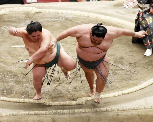 徳勝龍(右)を押し出しで破る大翔丸(撮影・鈴木正人)
