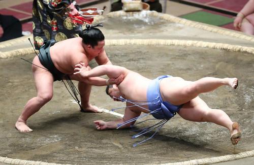 翔猿(右)を肩すかしで破る翠富士(撮影・河田真司)