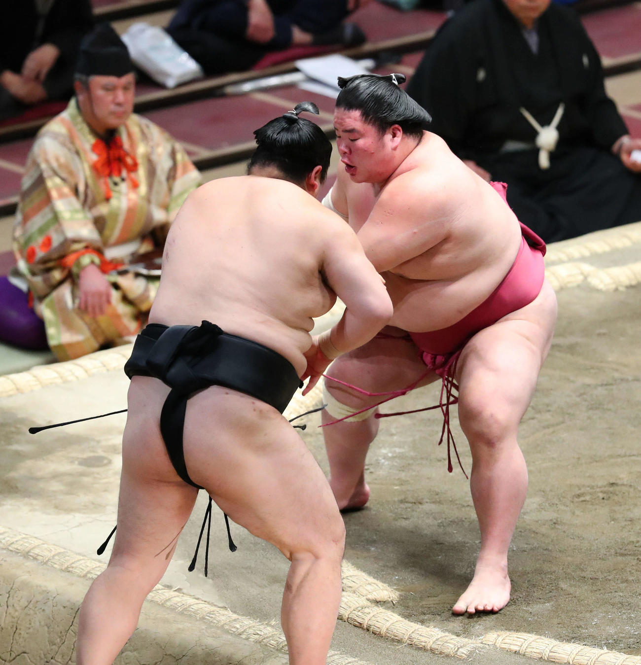 隠岐の海(左)を突き出しで破り、幕内優勝を決める大栄翔(撮影・河田真司)