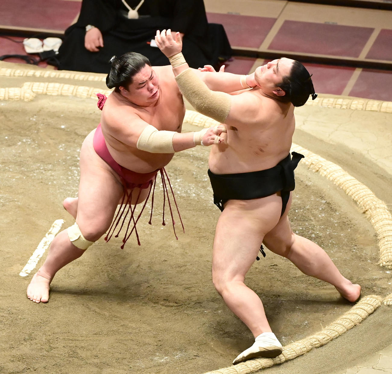 大栄翔(左)は隠岐の海を突き出しで破り幕内優勝を決める(撮影・小沢裕)