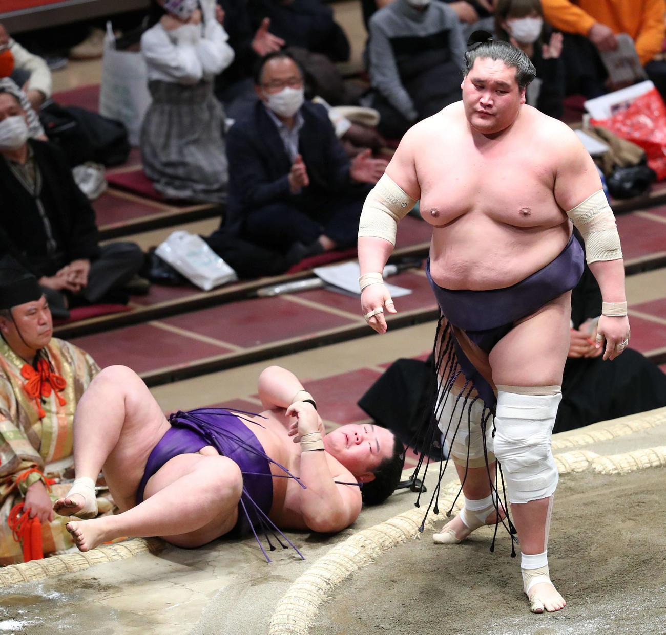 明生(左)をすくい投げで破る照ノ富士(撮影・河田真司)