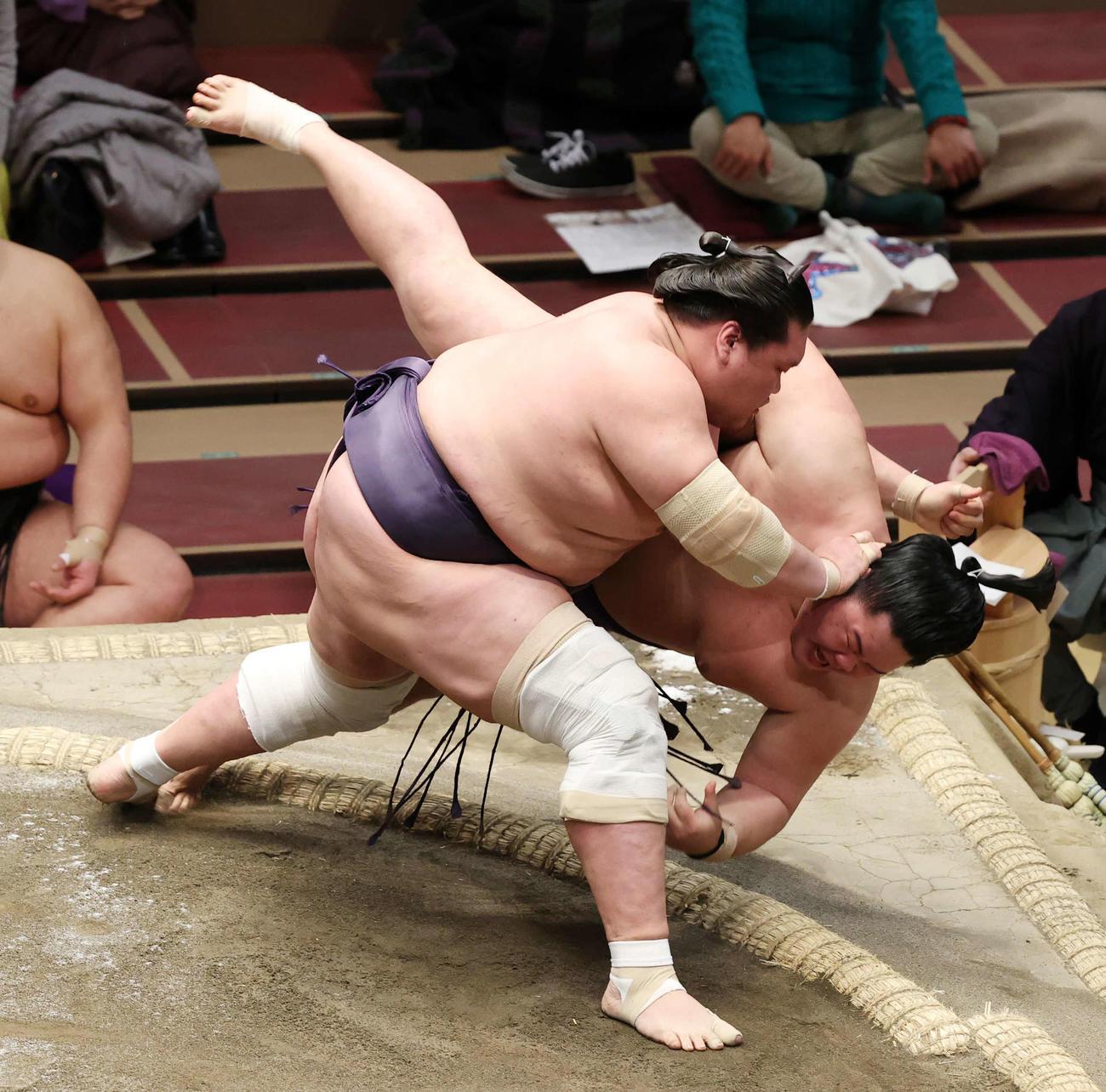 明生(右)をすくい投げで破る照ノ富士(撮影・鈴木正人)
