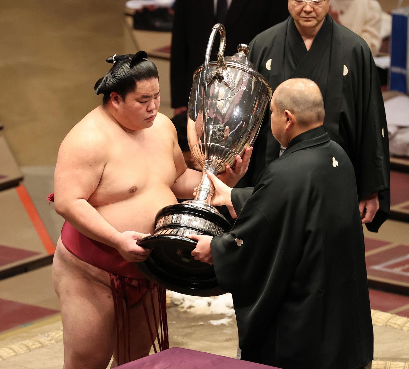 八角理事長(右)から賜杯を受け取る大栄翔(代表撮影)