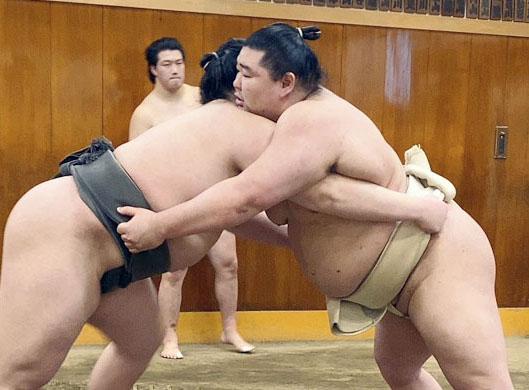 稽古で相撲を取る正代(右)=東京都墨田区の時津風部屋(日本相撲協会提供=共同)