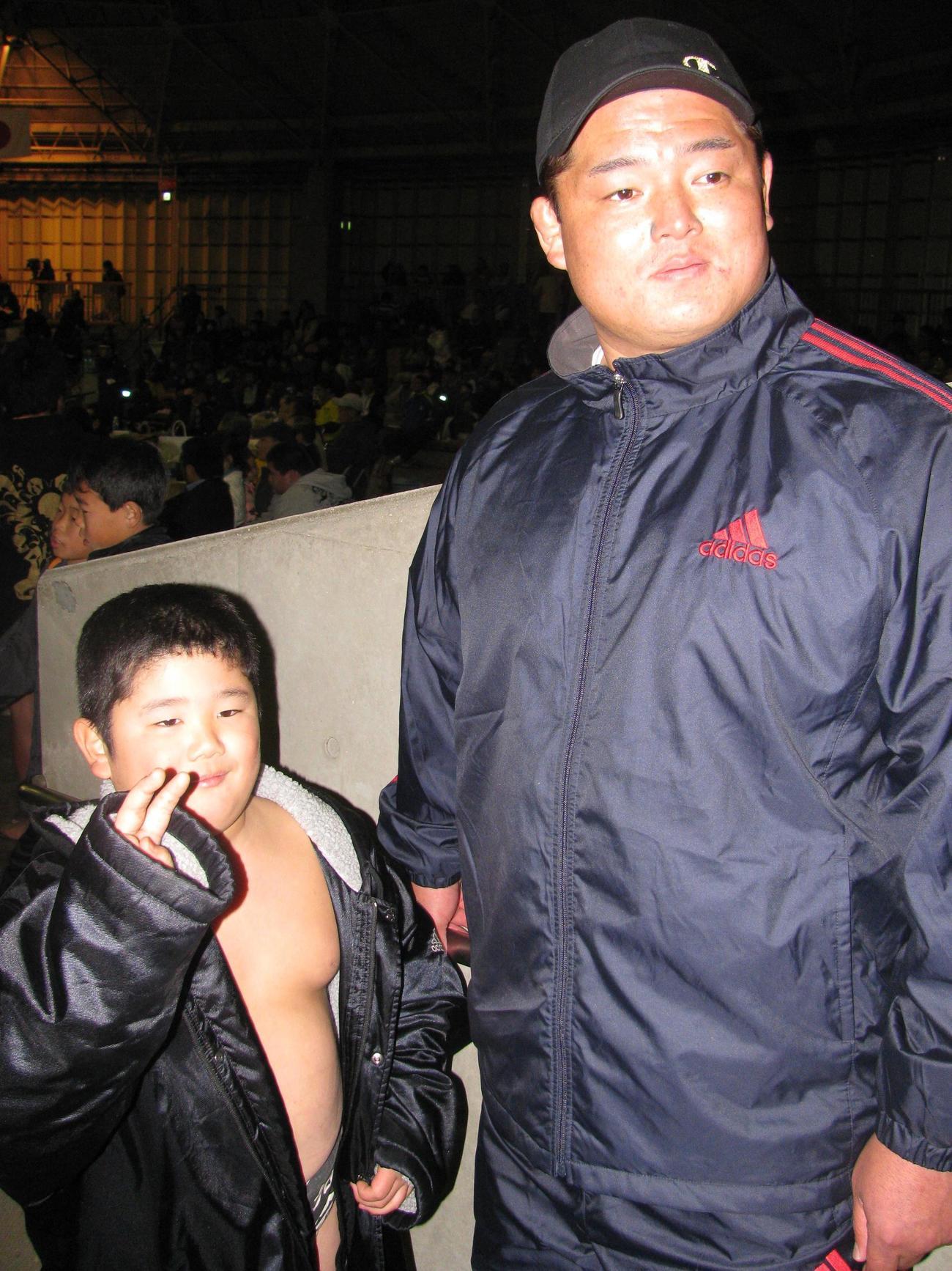 「第1回白鵬杯」 時津風親方(右)の長男で「第1回白鵬杯」個人戦で優勝した、当時小学2年生の坂本博一君(10年12月19日)