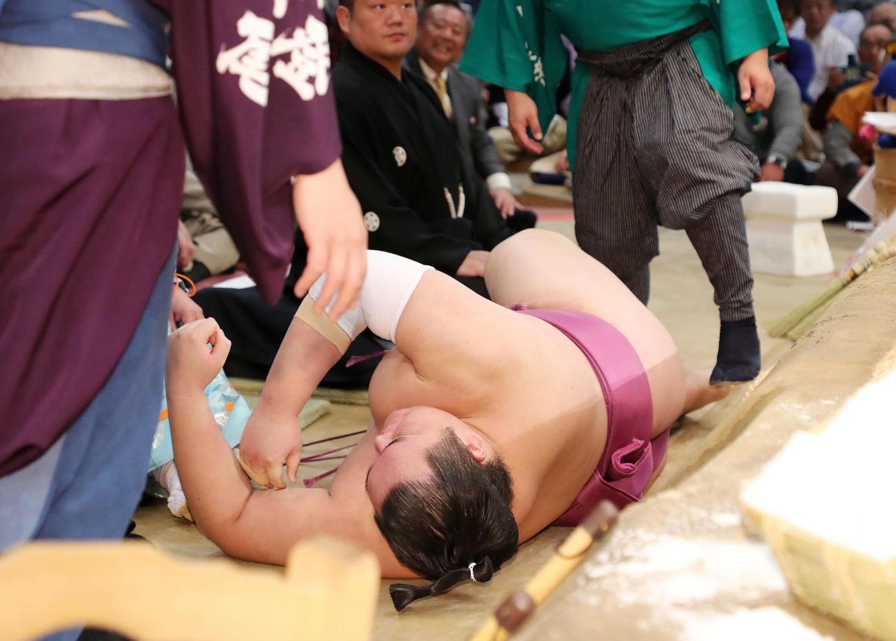 19年11月、琴勇輝に押し出され土俵下で動けない友風