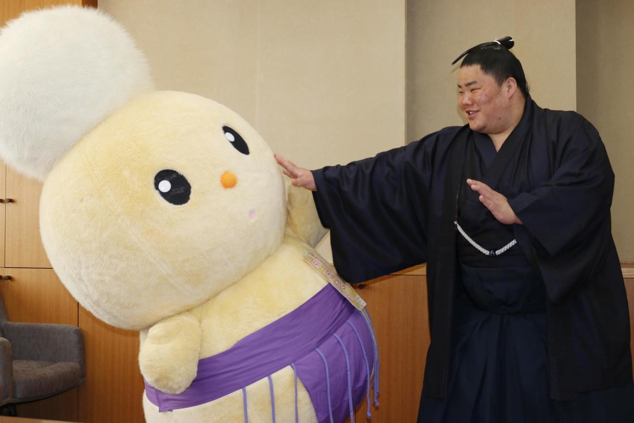 朝霞市のキャラクター「ぽぽたん」と相撲を取る大栄翔(2021年2月3日撮影)