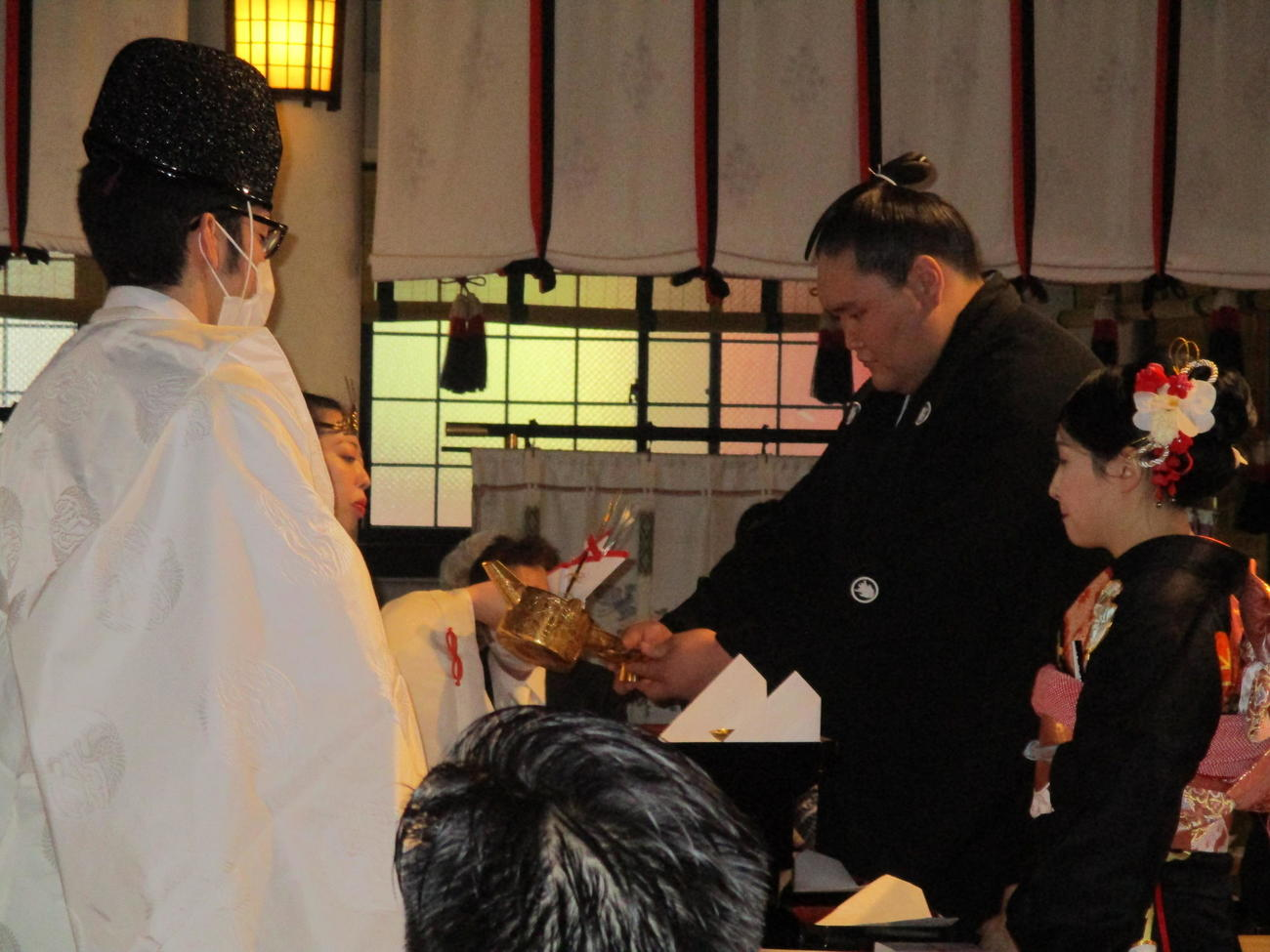 結婚式を行った照ノ富士(中央)と夫人(代表撮影)