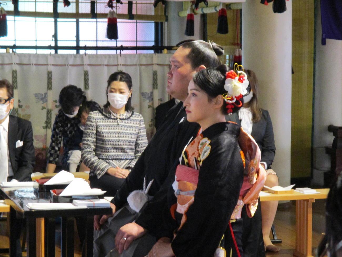 結婚式に臨む照ノ富士と夫人(手前)(代表撮影)