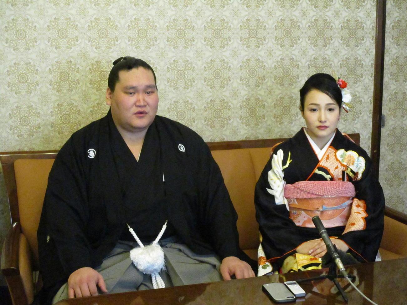 結婚式を行った照ノ富士(左)と夫人(代表撮影)