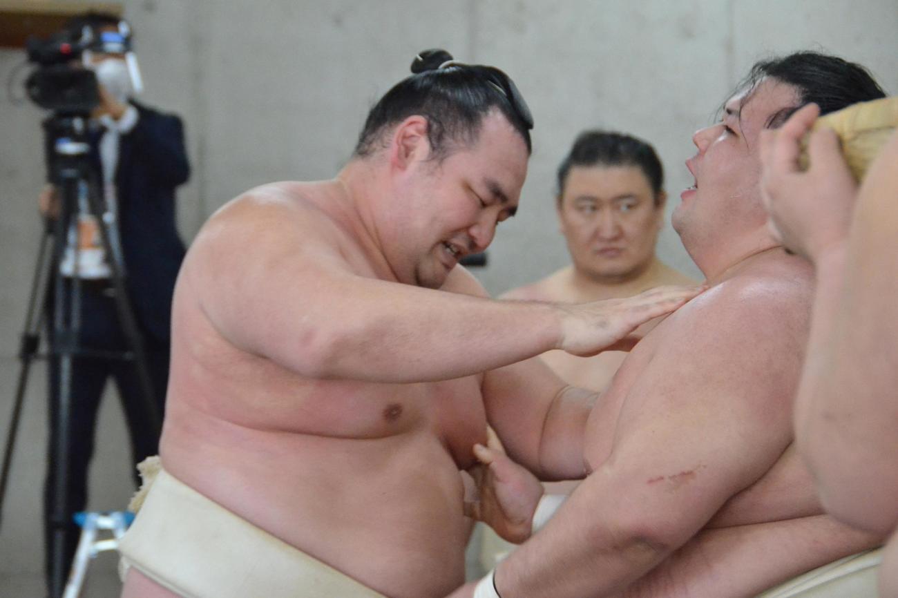 合同稽古で阿武咲と稽古をする鶴竜(左)(代表撮影)