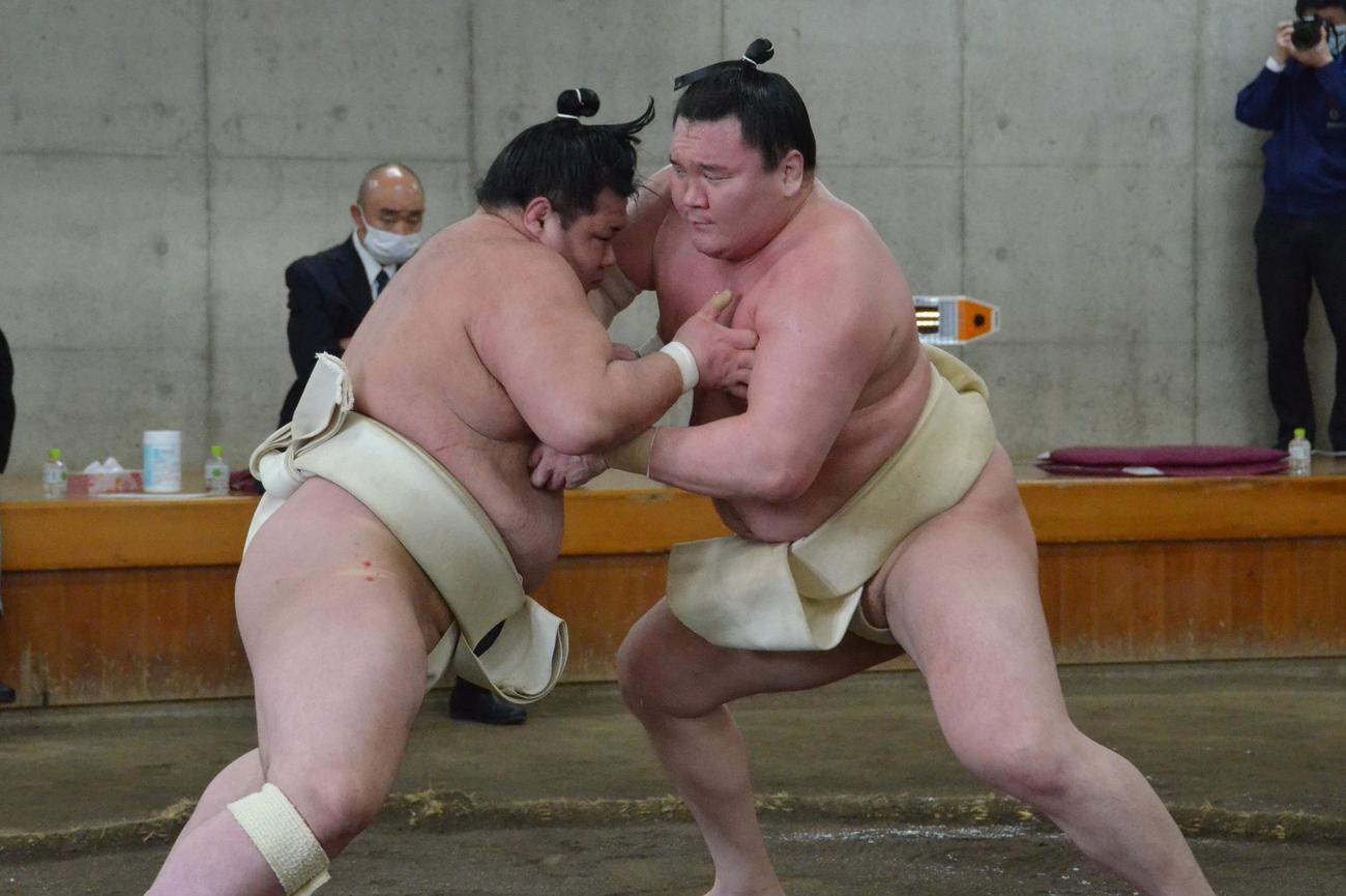 合同稽古で阿武咲と三番稽古を行う白鵬(右)(代表撮影)