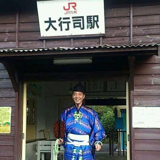 大行司駅でポーズを取る木村銀治郎