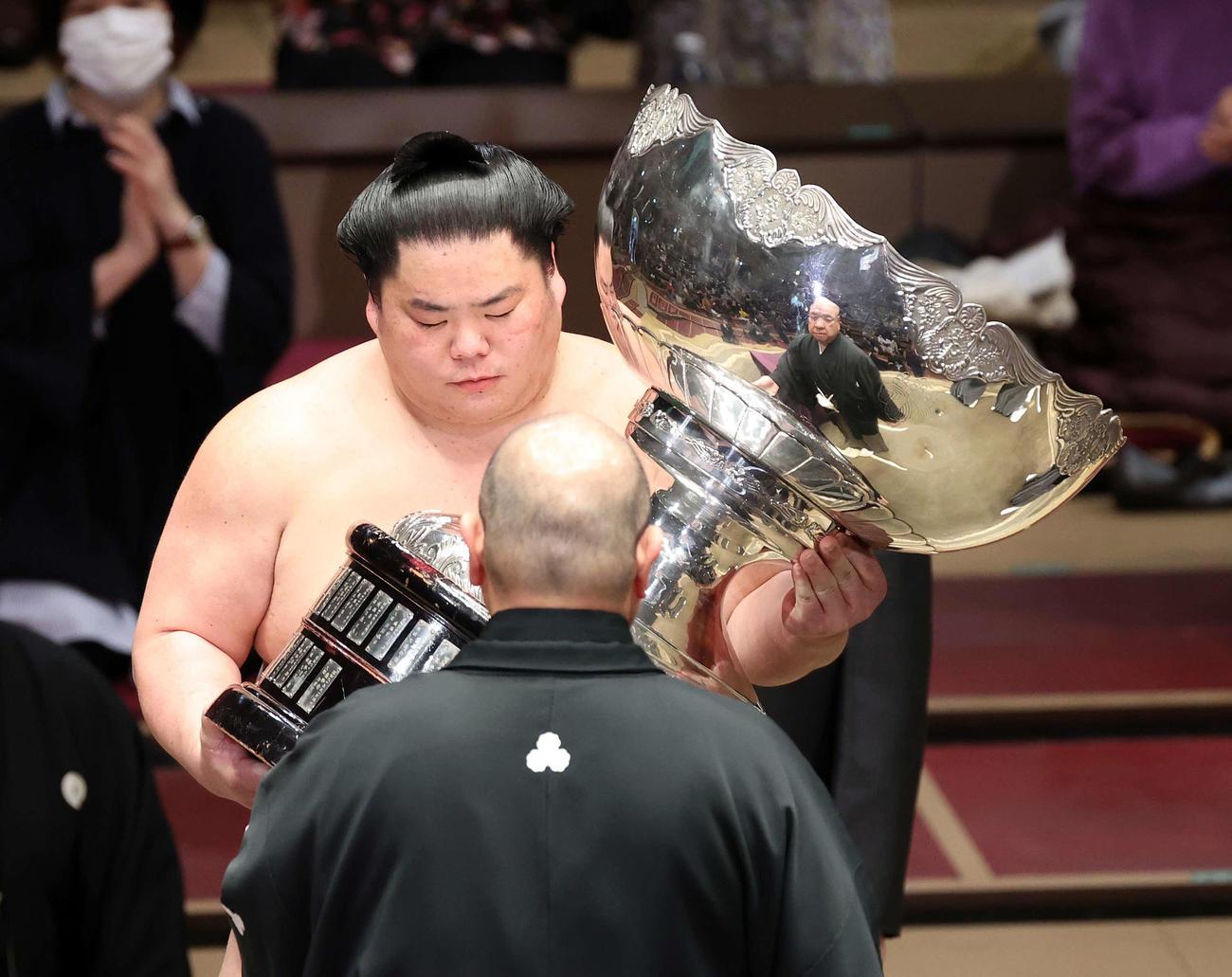 八角理事長(手前)から内閣総理大臣杯を受け取る大栄翔(2021年1月24日撮影)