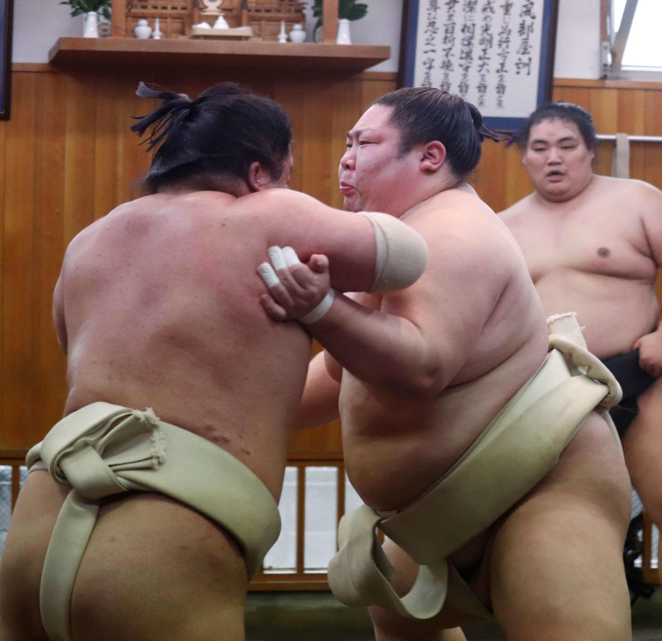 関取衆と相撲を取る剣翔(日本相撲協会提供)