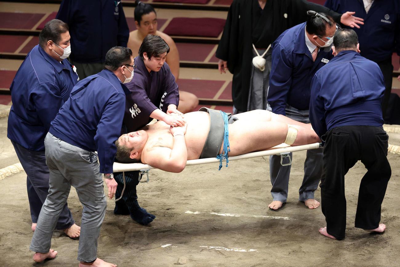 今福との取組後、土俵上で動けなくなり担架で運ばれる響龍(撮影・鈴木正人)