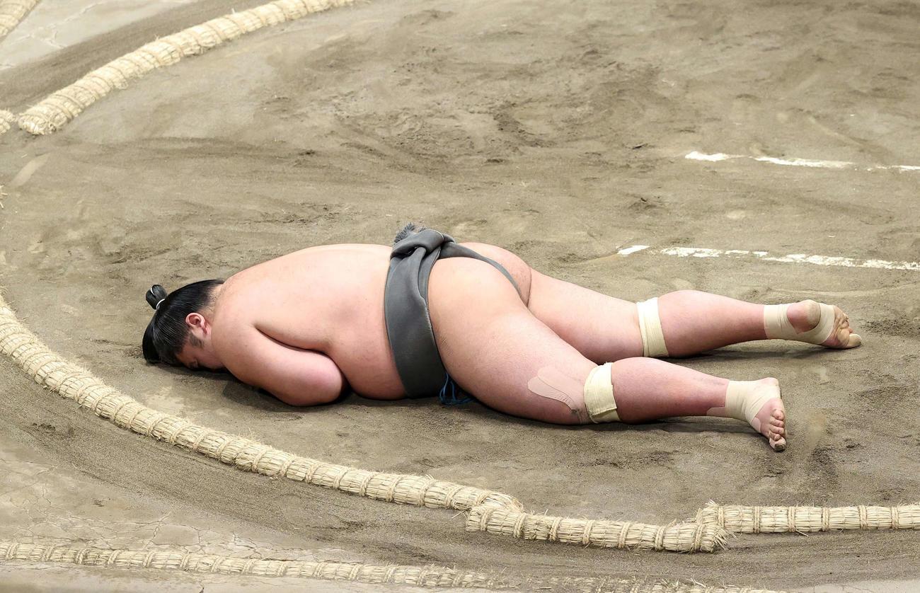今福との取組後、土俵上で動けなくなる響龍(撮影・鈴木正人)