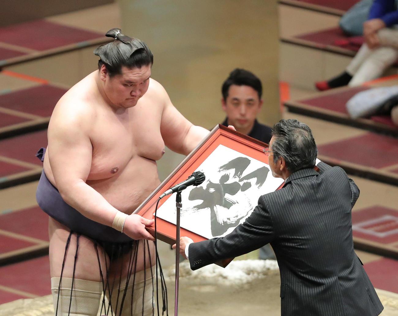 吉本興業賞授与式で間寛平(右)から額を受け取る照ノ富士(撮影・河田真司)