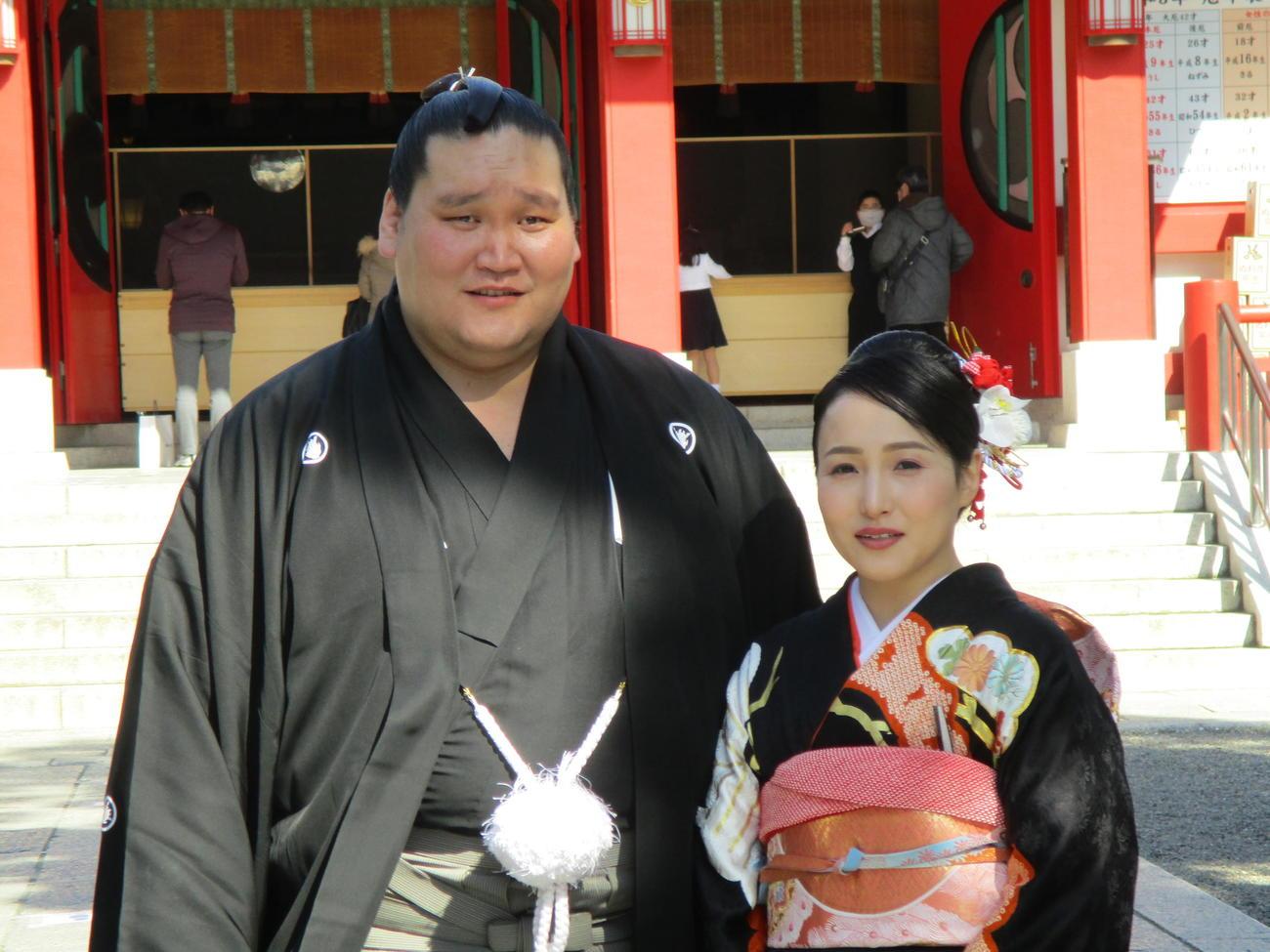結婚式を終えて記念撮影をする照ノ富士(左)と夫人(2021年2月11日撮影)