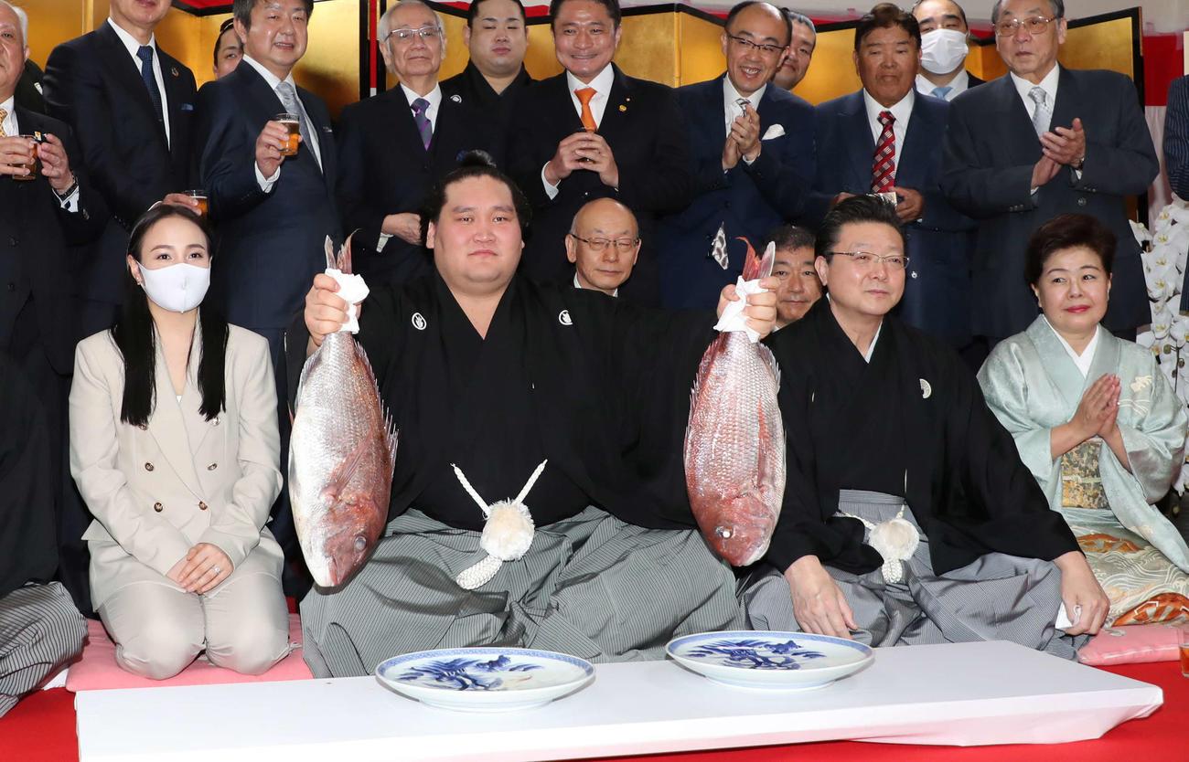 大関再昇進を果たした照ノ富士(左から2人目)は伊勢ケ浜親方夫妻らと記念撮影。左はツェグメド・ドルジハンド夫人(代表撮影)