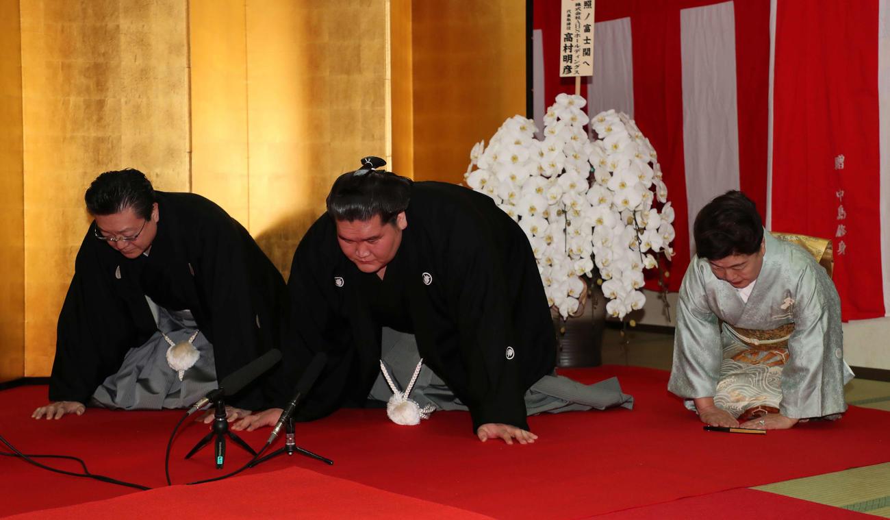 大関再昇進の伝達を受ける照ノ富士(中央)と伊勢ケ浜親方夫妻(代表撮影)