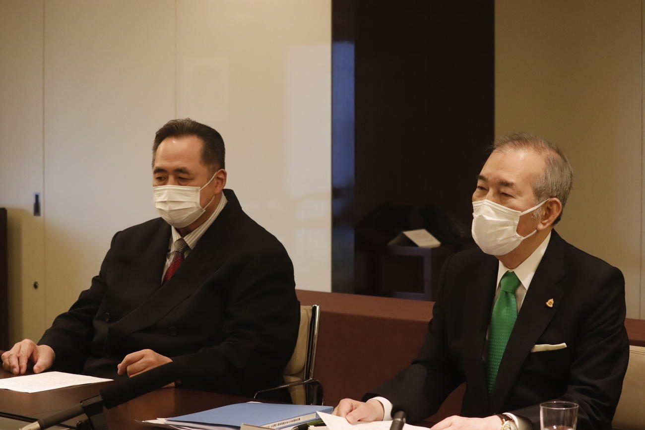 有識者会議を終えリモート記者会見に臨む山内昌之委員長(右)と芝田山広報部長