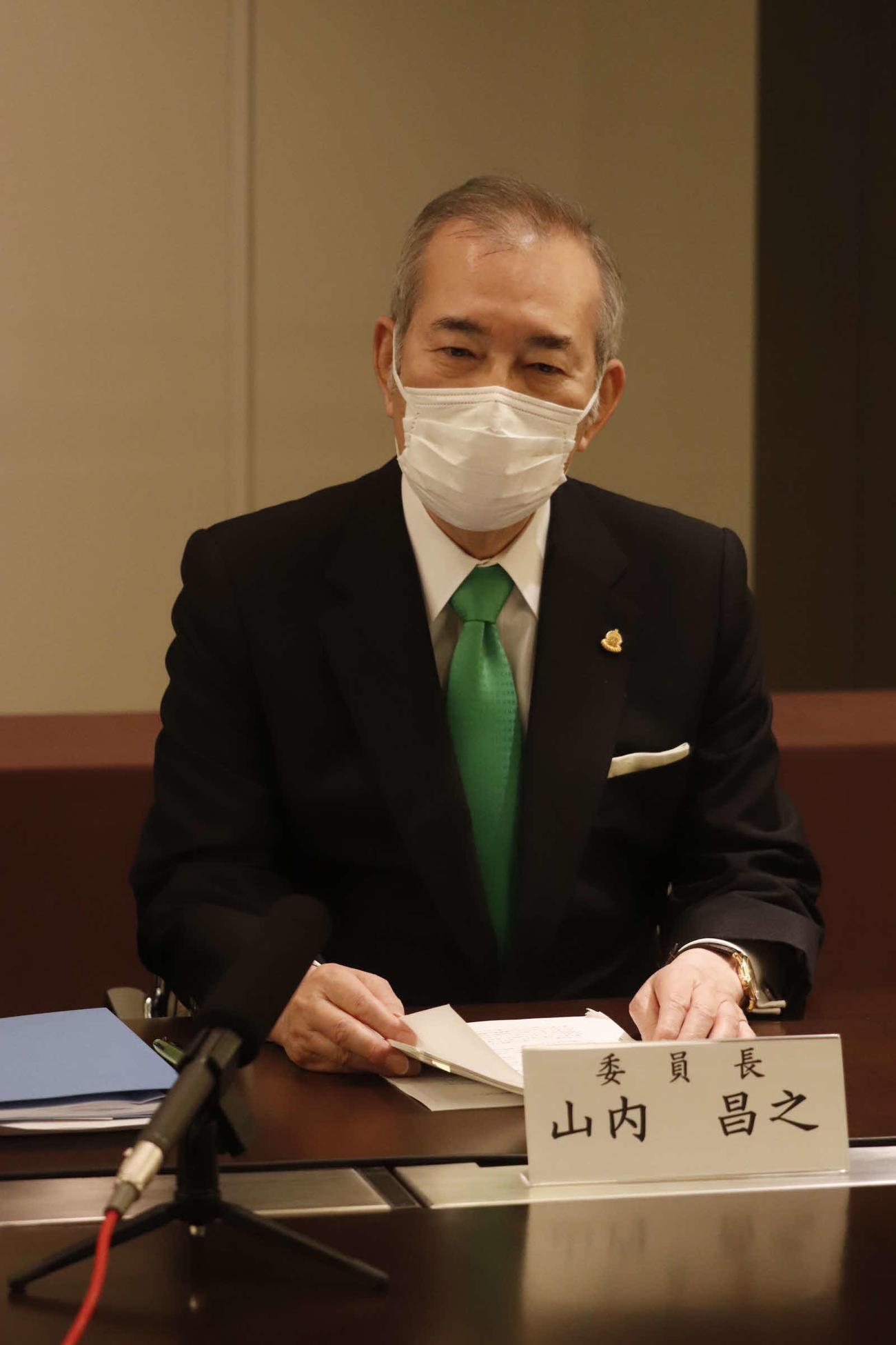 有識者会議を終えリモート記者会見に臨む山内昌之委員長