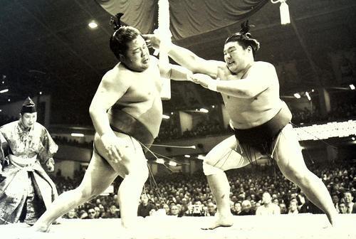 1976年1月、大相撲初場所4日目 富士桜(左)と麒麟児