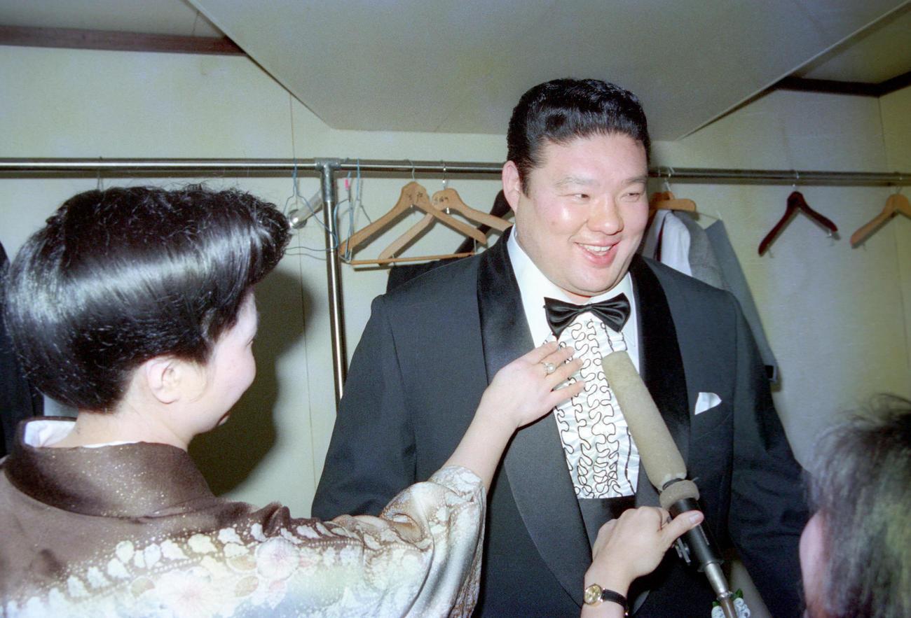 断髪式を終えタキシード姿になった元関脇麒麟児の北陣親方=1989年1月29日