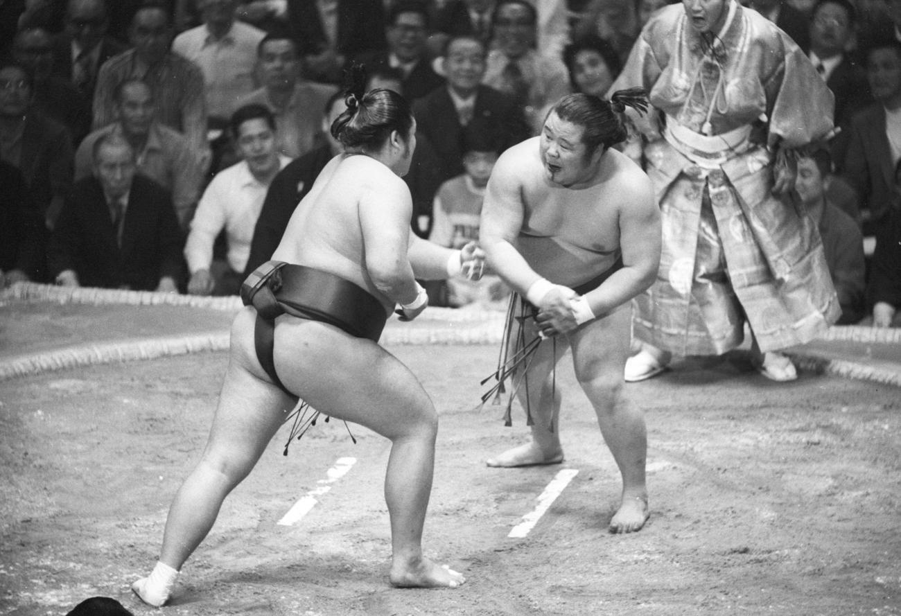 75年5月、夏場所で富士桜(右)と猛烈な突っ張り合いを見せる麒麟児
