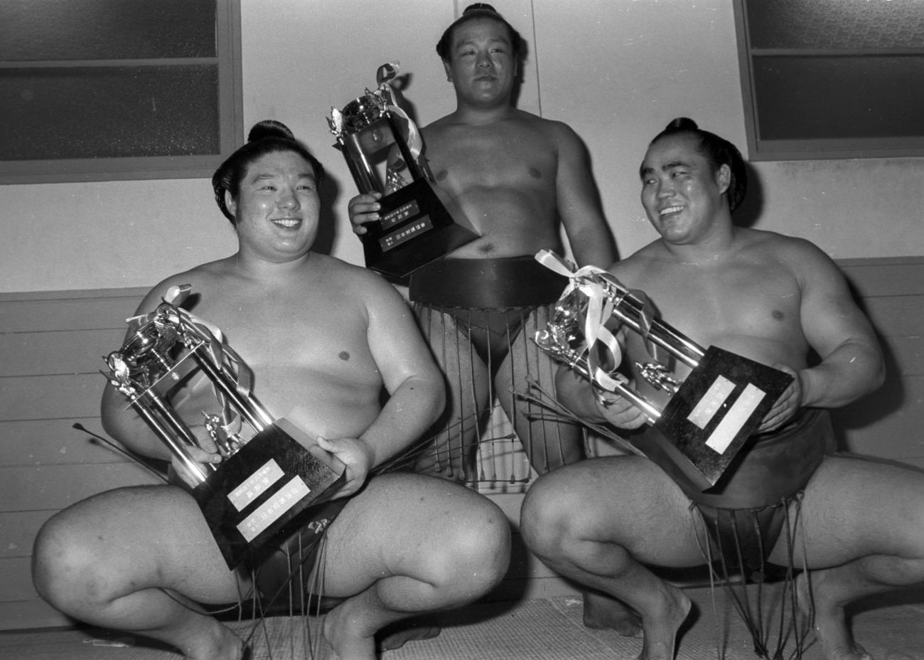 75年9月、秋場所で三賞受賞者の、左から殊勲賞麒麟児、敢闘賞鷲羽山、技能賞旭国